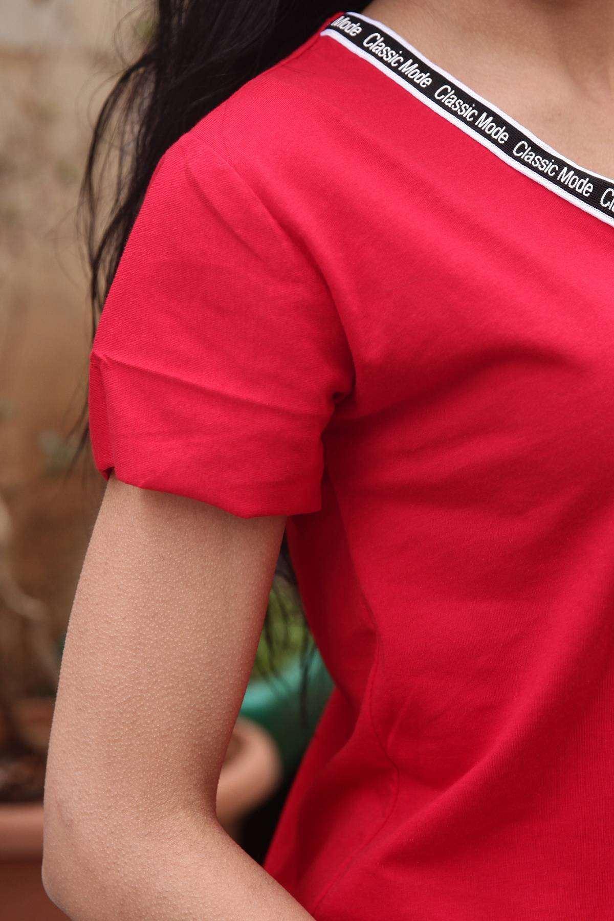 Yakası Classic Mode Yazı Detaylı V Yaka Tişört Kırmızı
