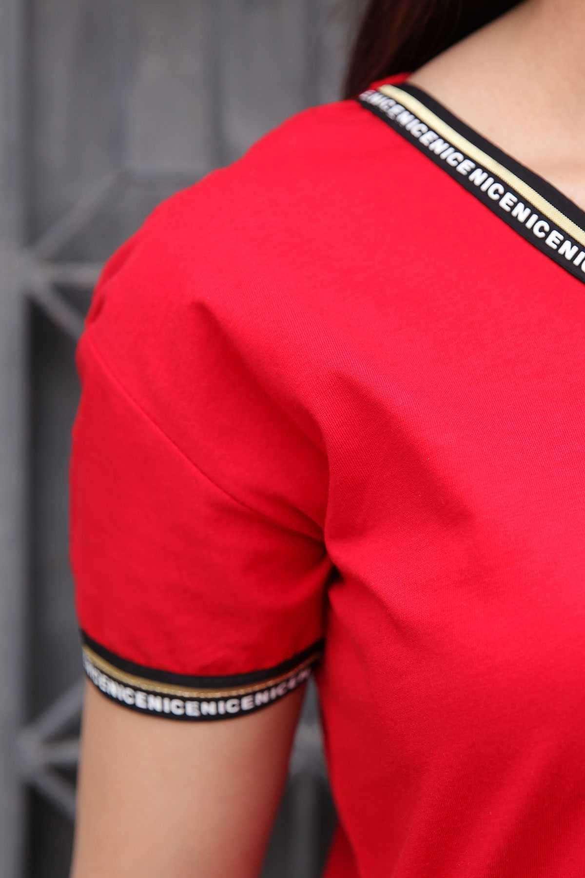 Yakası Kolu Yazı Detaylı Önü Kısa Arkası Kanatlı V Yaka Tişört Kırmızı