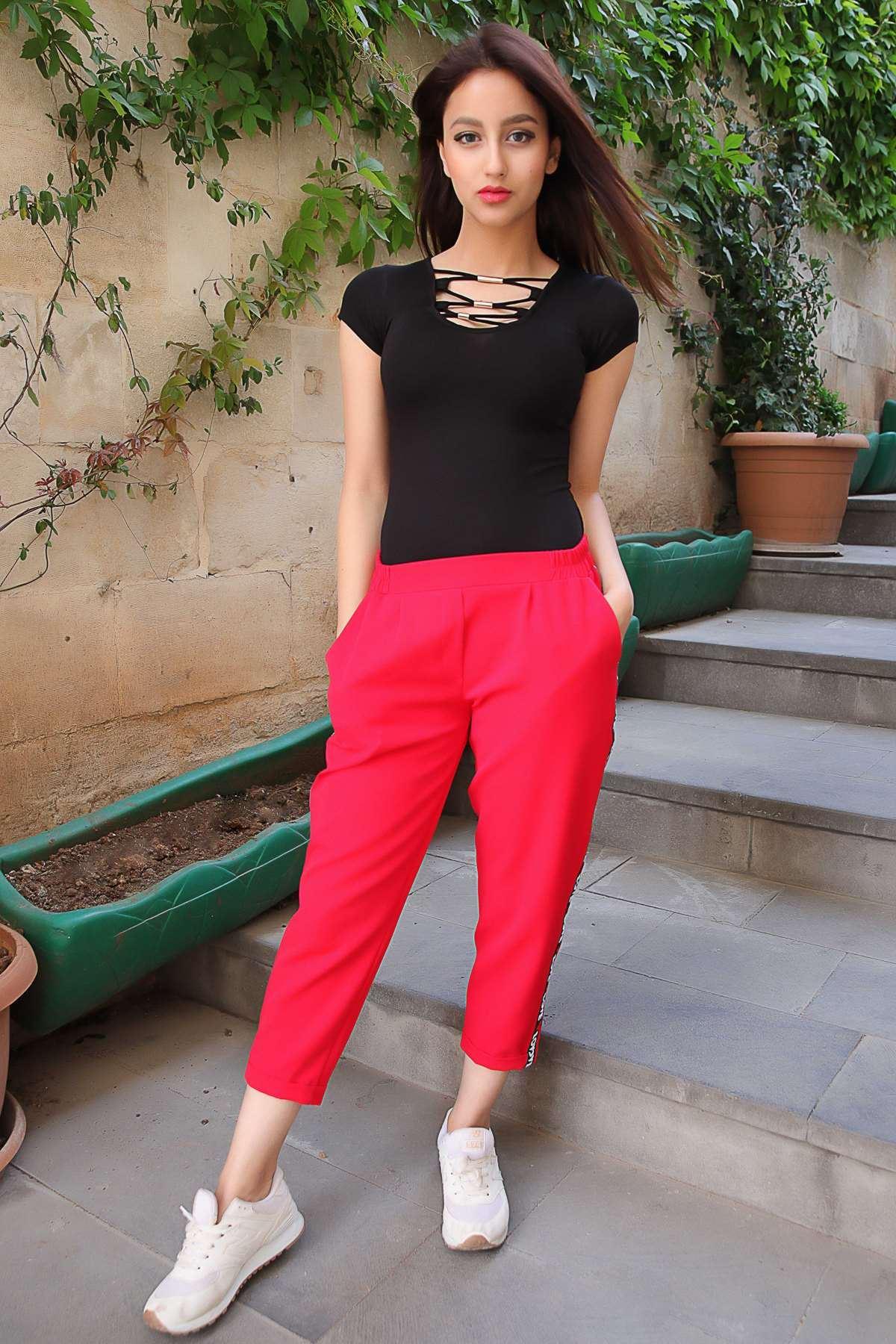 Yanları Love Yazılı Kalpli Şeritli Parlak Kumaş Pantolon Kırmızı